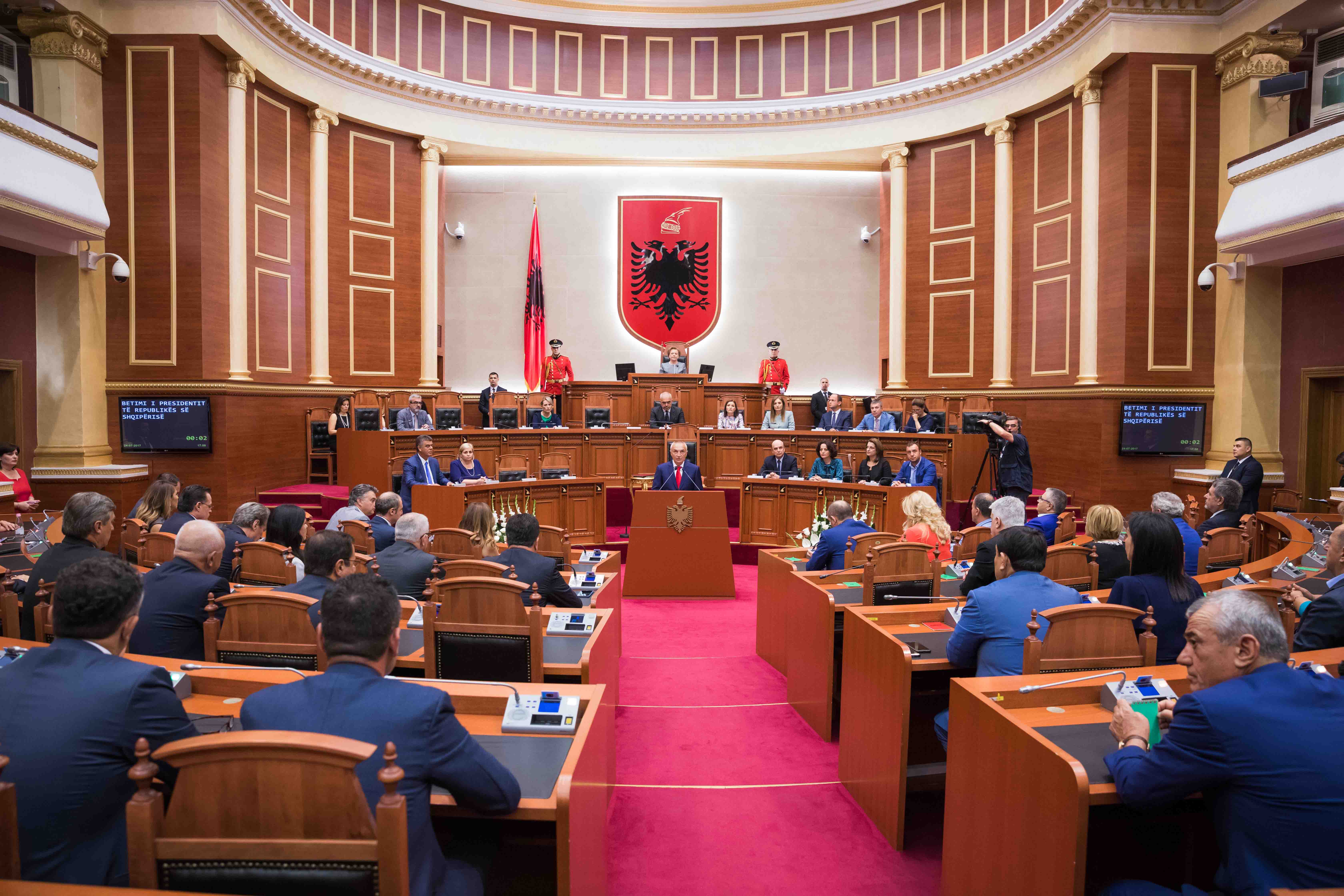 Albanian parl gives green light to talks on Vlora airport construction project