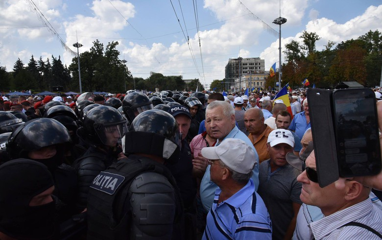 Thousands march in Chisinau in rival political rallies - report