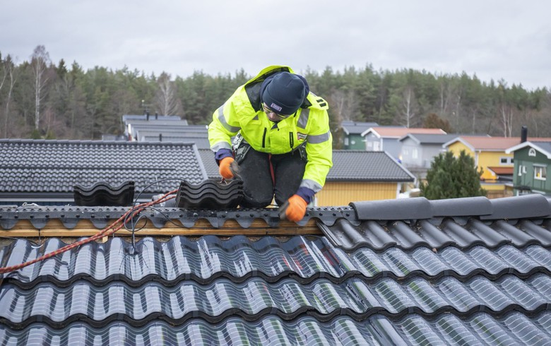 Midsummer installs invisible solar roof on Swedish house